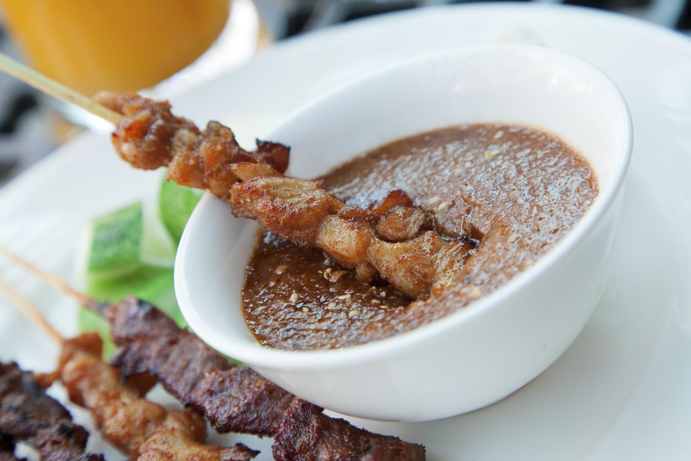 Satésaus is voor veel Nederlanders het favoriete sausje bij de barbecue.