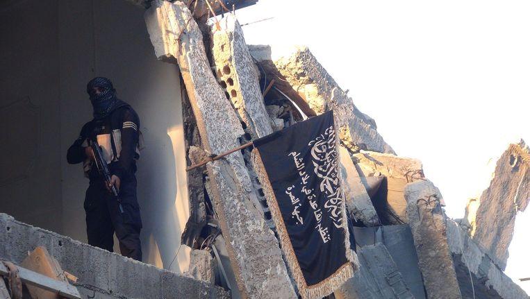 Een strijder van Al Nusra in het Palestijnse vluchtelingenkamp Yarmouk, nabij Damascus. Beeld afp