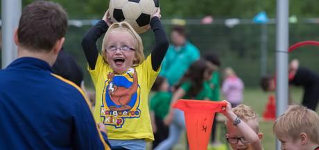 Driehonderd kinderen maken kennis met korfbal op Kangoeroekorfbaldag