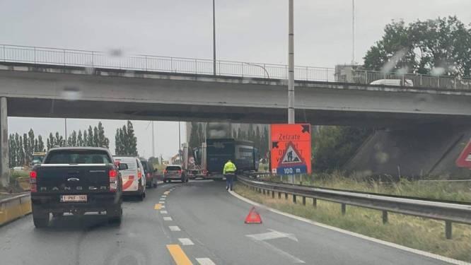 Monsterfile op R4 in Oostakker door defecte vrachtwagen
