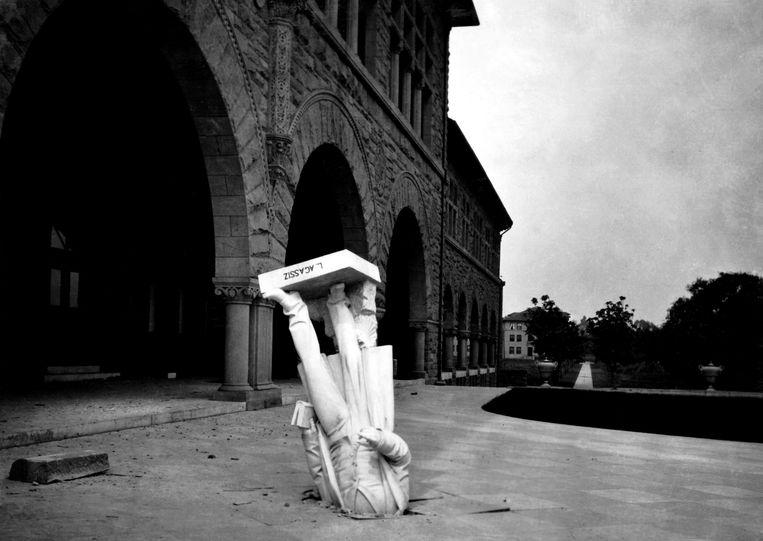 Tijdens de grote aardbeving van San Francisco in 1906 viel op de universiteit van Stanford een beeld van geoloog Louis Agassiz van een gebouw naar beneden en doorboorde de grond. Beeld Stanford University, California
