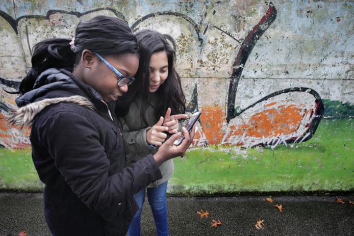 Naomi Musa (links) en Nora El Bekkali op pad in de Aireyswijk in Eindhoven.