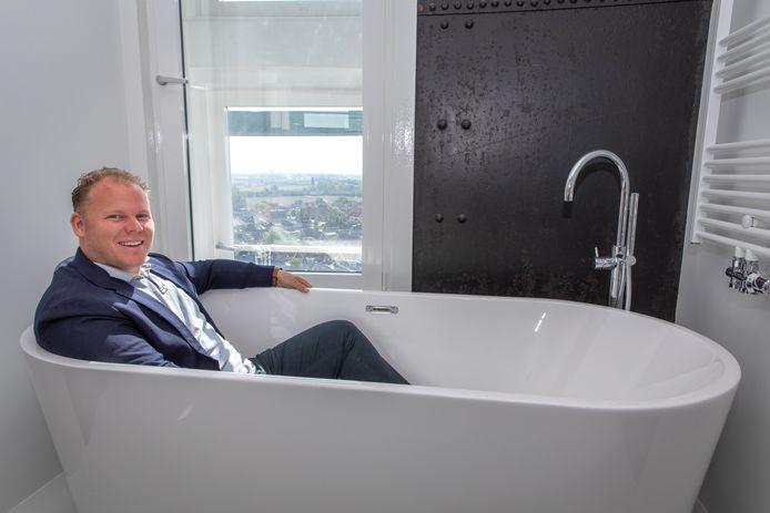 Ontwikkelaar Rory Bertram laat zien hoe toekomstige bewoners van de watertoren met uitzicht kunnen badderen.