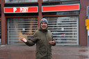 Pieter van Loon voor de Perry Sport in Dordrecht. Eind dit jaar vertrekt de sportzaak van het Statenplein.