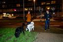 Hondenuitlaters en overburen Carolien en Rogier maken een praatje op de Westzeedijk