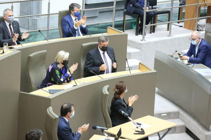 Na zijn speech trekt Jambon z'n jas goed en neemt hij het applaus van zijn regering in ontvangst.