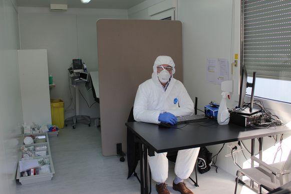 Huisartsen moeten heel wat maatregelen nemen om eventueel besmette patiënten te onderzoeken (themabeeld).