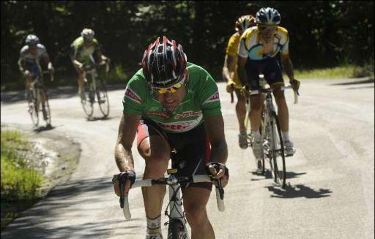 Cadel Evans viel de leiderspositie van Alejandro Valverde meermaals aan. Beeld UNKNOWN