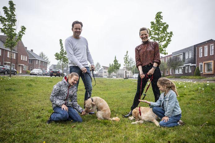 Zowel binnen als buiten de bebouwde kom moeten honden zijn aangelijnd. Waar kunnen viervoeters dan rennen en ravotten? Op het hondenspeelveld in Tubbergen dat Brigitte van Heumen en Mark van Wolde op korte termijn willen realiseren.