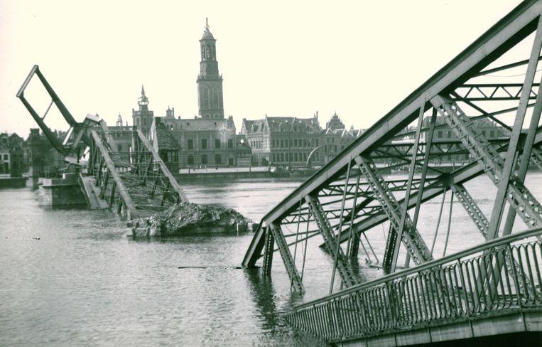 De door de Duitsers opgeblazen IJsselbrug. Beeld Stadsarchief Kampen