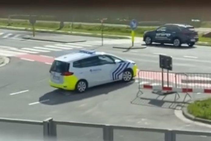 Een buur filmde recent dat een politiewagen ondanks de ingevoerde enkele rijrichting in de Botermelkstraat in Erpe de straat langs de Oudenaardsesteenweg uitrijdt.