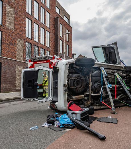 Moeder en twee jonge kinderen belanden met auto op zijn zijkant in Tilburg
