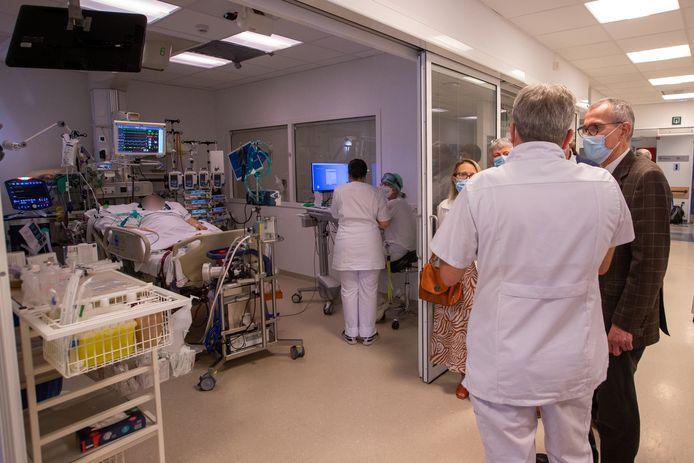 Minister van Volksgezondheid Frank Vandenbroucke (Vooruit) tijdens een bezoek deze week aan de afdeling intensieve zorgen van het Universitair Ziekenhuis in Gent.