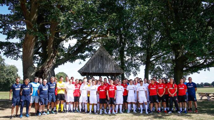 De spelers van FC Twente en Fleringen poseerden voorafgaand aan het duel samen voor de Kroezeboom, op vijf minuten lopen van het sportpark. De Kroezeboom is de oudste boom van Twente.