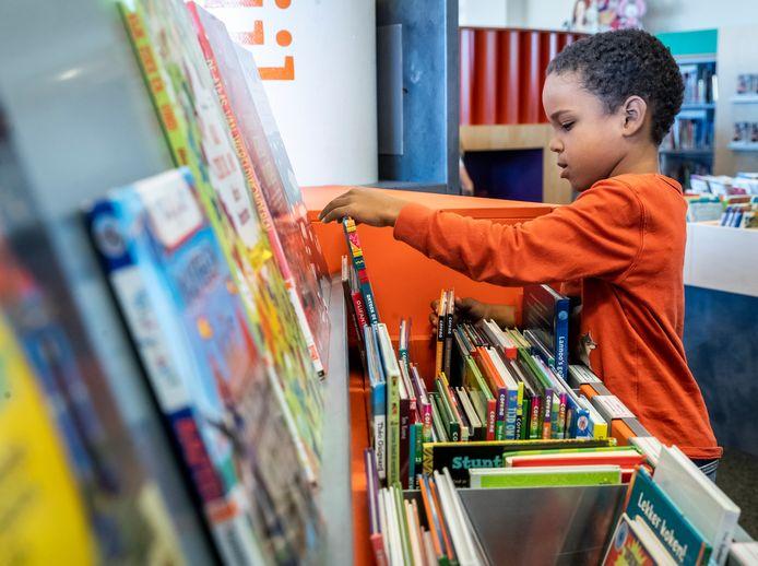 De kinderboekenweek is in volle gang. Kinderen als Timie lezen en zijn op zoek naar boeken in de bibliotheek van Helmond.