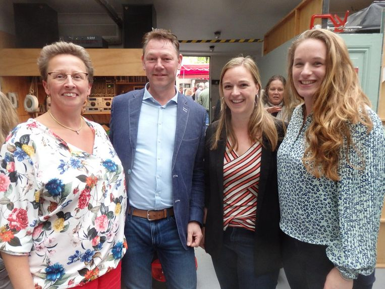 Zus Rooslinde Jaspers (Studio Bazar) en de man achter dat ding Wessel Buddingh', met Anouk Janmaat en Amber Eekhout, ook van Big Green Egg Europe. Beeld Schuim