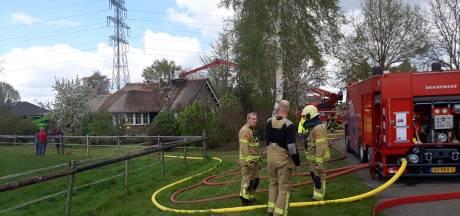 Brand in rieten dak bij Didamse woonboerderij onder controle: brandweer voorkomt dat vlammen woning binnenkomen