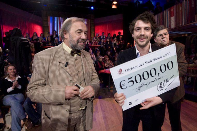 Ramsey Nasr (R) wordt woensdag gekozen tot de nieuwe Dichter des Vaderlands en ontvangt zijn prijs uit handen van Driek van Wissen (L) in het Werkteater in Amsterdam. Foto ANP Beeld