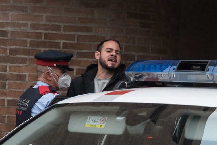 De Spaanse politie arresteert Pablo Hasél dinsdag bij de Lleida Universiteit in Catalonië. Beeld EPA