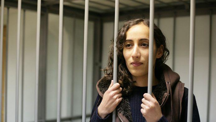 Faiza Oulahsen in de kooi voor verdachten in de rechtbank van Moermansk.