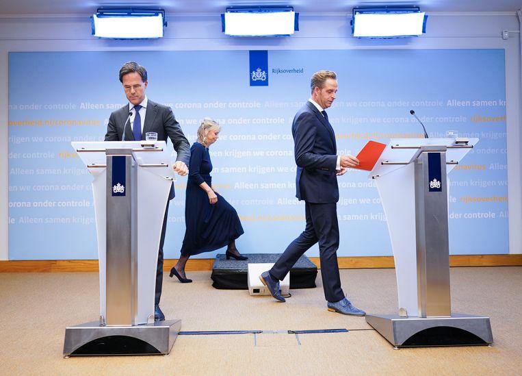 Premier Rutte en minister De Jonge dinsdagavond. Beeld ANP
