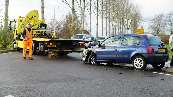De schade was groot, nadat twee auto's tegen elkaar klapten op de Vaassenseweg in Nijbroek.