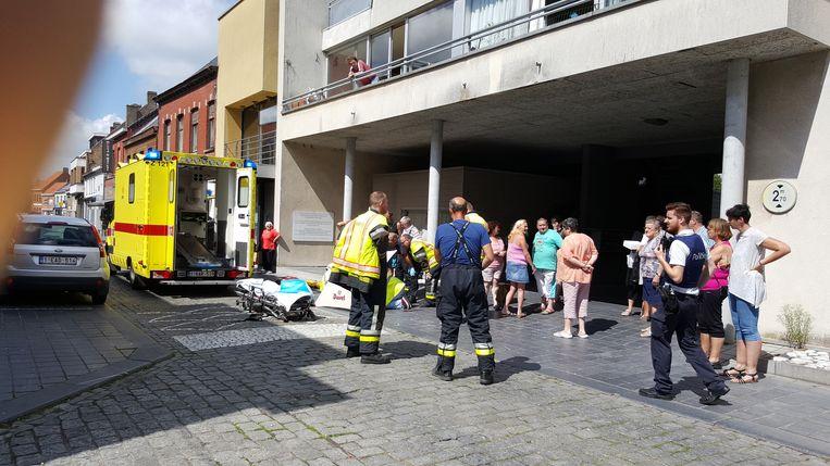 De hulpdiensten bij het balkon in de Dorpsstraat.