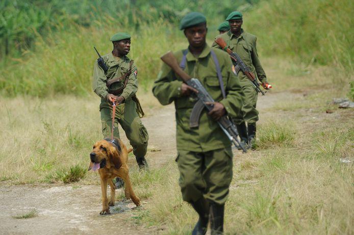 Rangers met hond in een wildreservaat in Congo.