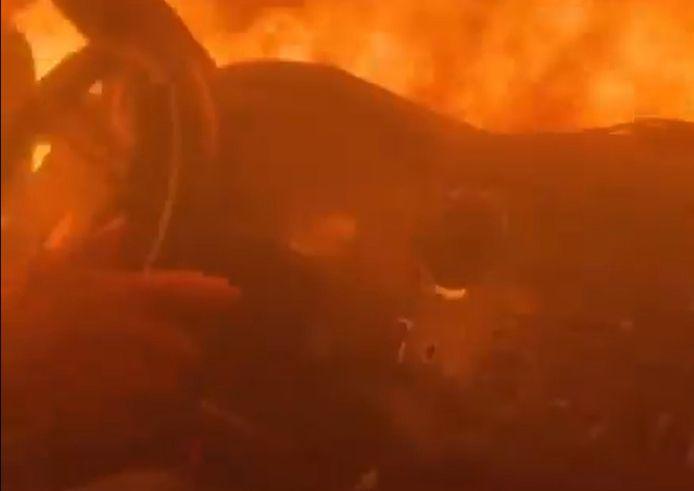 Un pompier traverse à toute vitesse l'incendie Antelope qui ravage la Californie depuis le 1er août 2021.