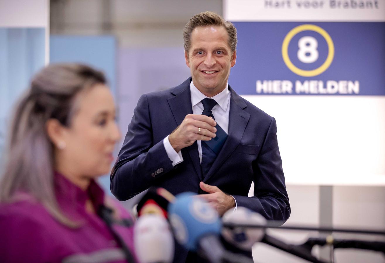 Op 6 januari kreeg verpleeghuismedewerker Sanna Elkadiri in Veghel het eerste coronavaccin. Minister Hugo de Jonge van Volksgezondheid keek toe.