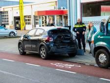 Rolstoelbus klapt achterop auto in Dieren