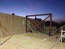 De bouw in beeld: stalen balken verstevigen de houten constructie.