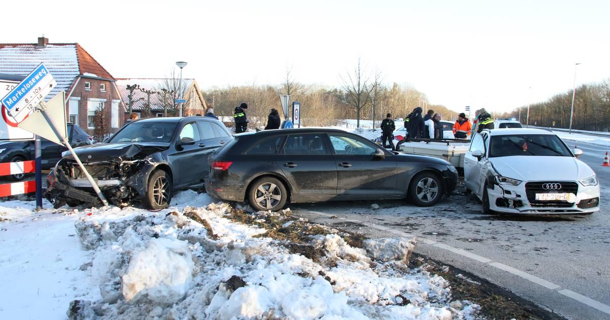 Drie autos in puin na ongeval in Holten: één persoon naar ziekenhuis.