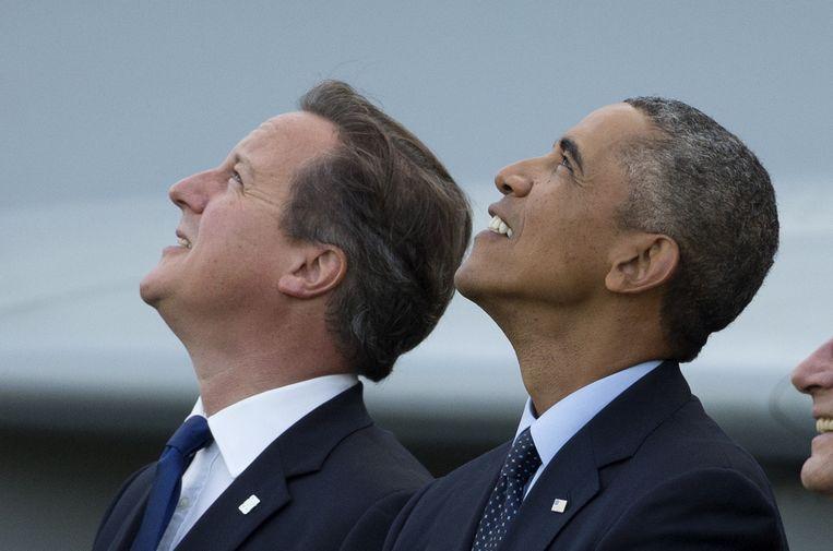 Cameron en Obama bekijken een vliegshow tijdens een bezoek van de Amerikaanse president aan Wales in september vorig jaar. Beeld null