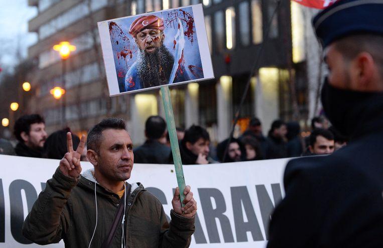 Tegenstander demonstreren tegen Erdogan in Brussel. Beeld REUTERS