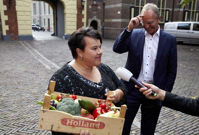 Staatssecretaris Sharon Dijksma (Economische Zaken) kwam vandaag met een kratje met onder meer broccoli, tomaten, aubergine, druiven, komkommer en appel naar de eerste ministerraad. Beeld anp