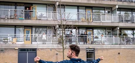Sporten op het balkon: 'Normaal doe ik aan linedancen en gymnastiek, nu beweeg ik wanneer ik het huishouden doe'