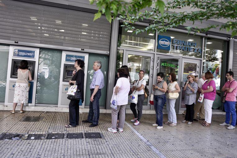 Lange rijen bij de bankautomaten in Athene. Beeld GETTY