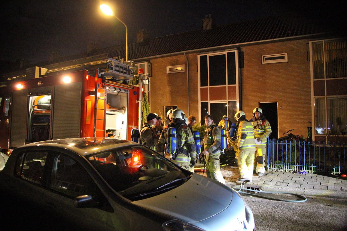 Brandweerlieden zaterdag 14 januari bij een brand in een huis aan de Gounodstraat in Amersfoort.