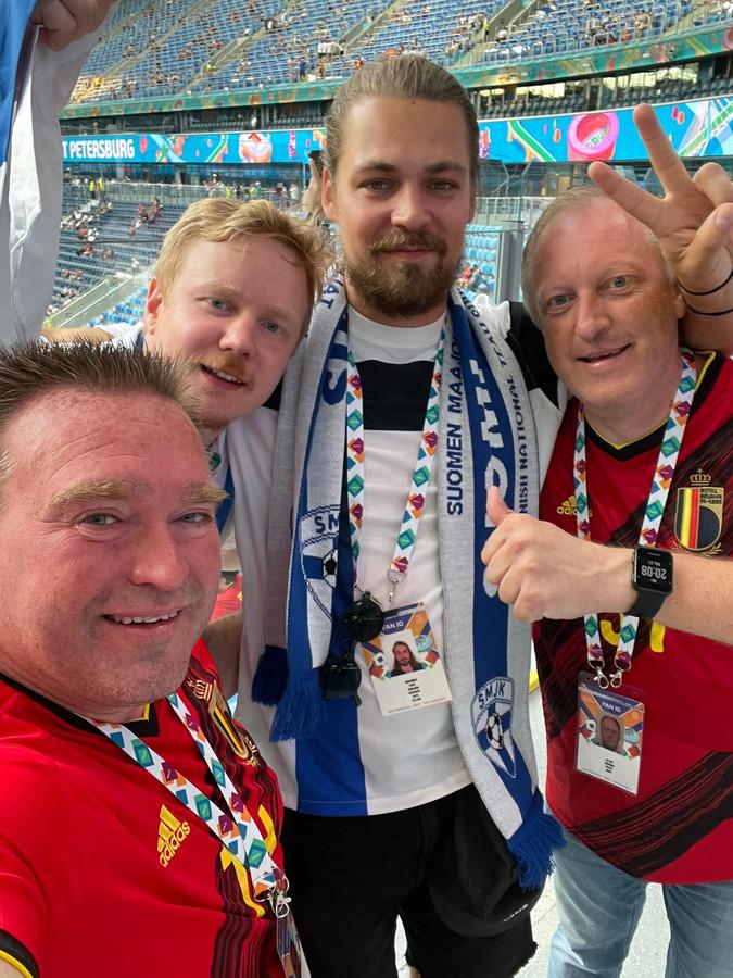Steven Vekeman (links) en Jimmy De Roy (rechts) met twee Finse supporters.
