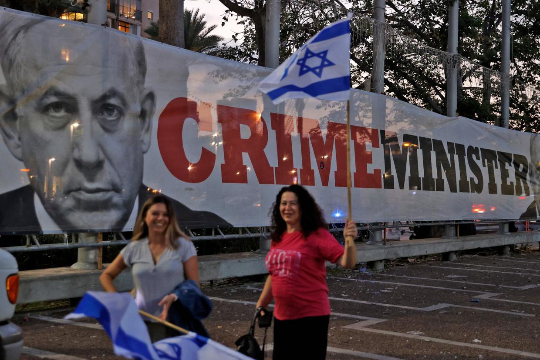 Israëlische vrouwen vieren dat Netanyahu premier af is in Tel Aviv. Beeld AFP