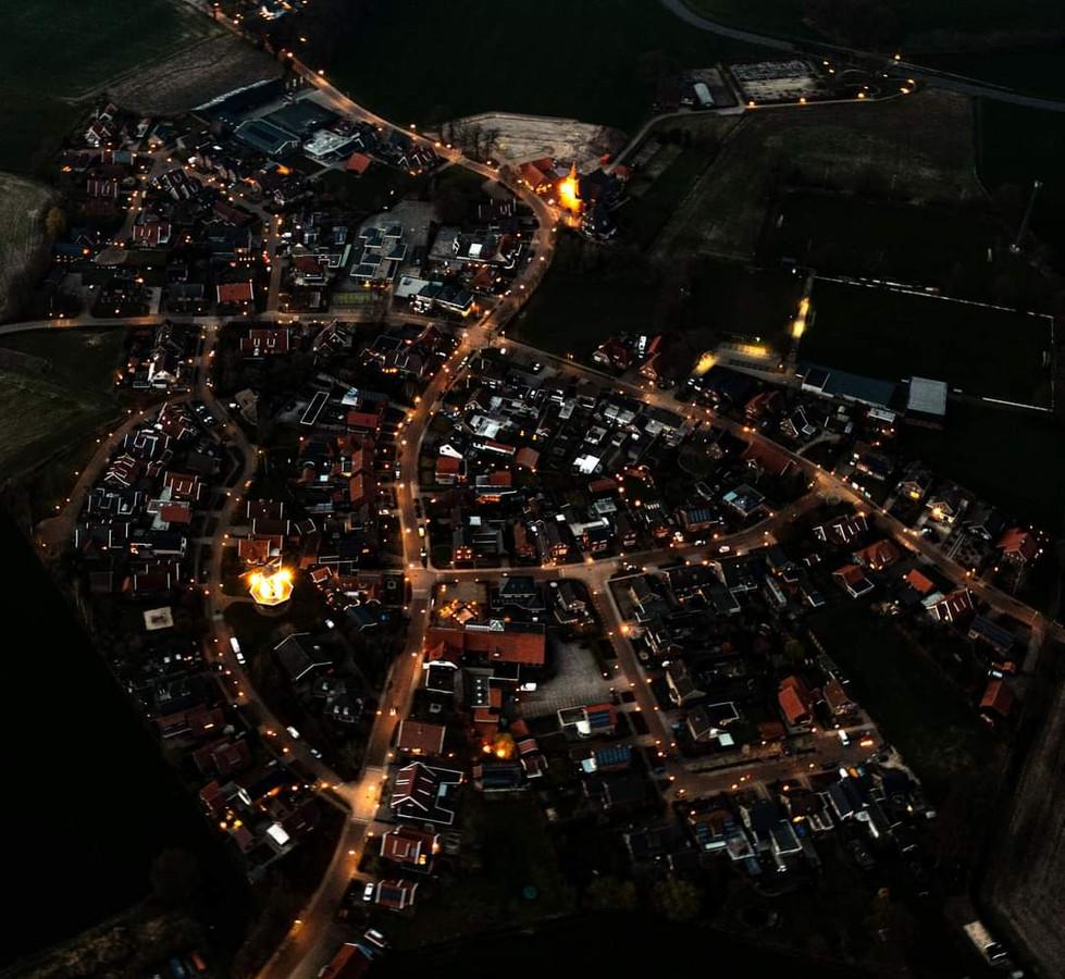 Lattrop vanuit de lucht terwijl de Zweedse fakkels branden