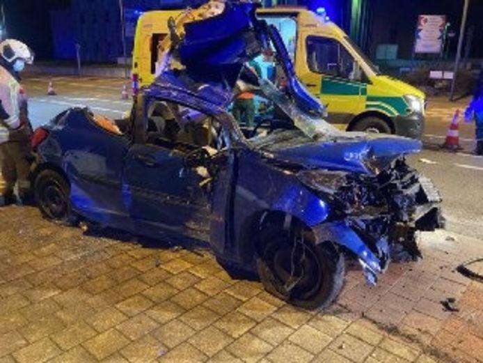 De brandweer van Brussel moest de achterzijde van de wagen open knippen om de bestuurder te bevrijden. Hij overleed later in het ziekenhuis.