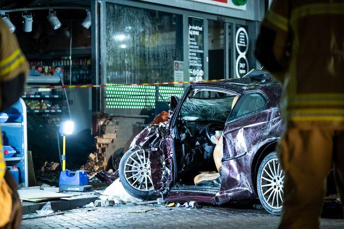 De auto en de winkel liggen in puin.