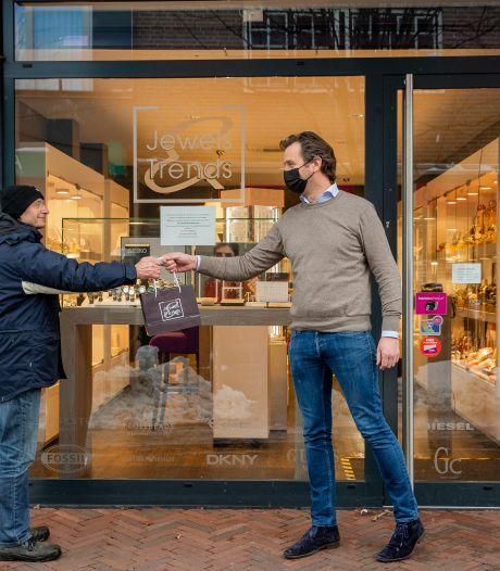 Afhalen in de winkel mag en dat is vooral voor klanten fijn: 'Mensen willen er graag even uit en zijn toe aan een praatje'