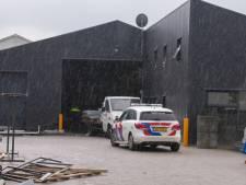 Persoon raakt gewond bij bedrijfsongeluk in Oss, traumahelikopter landt op voetbalveld