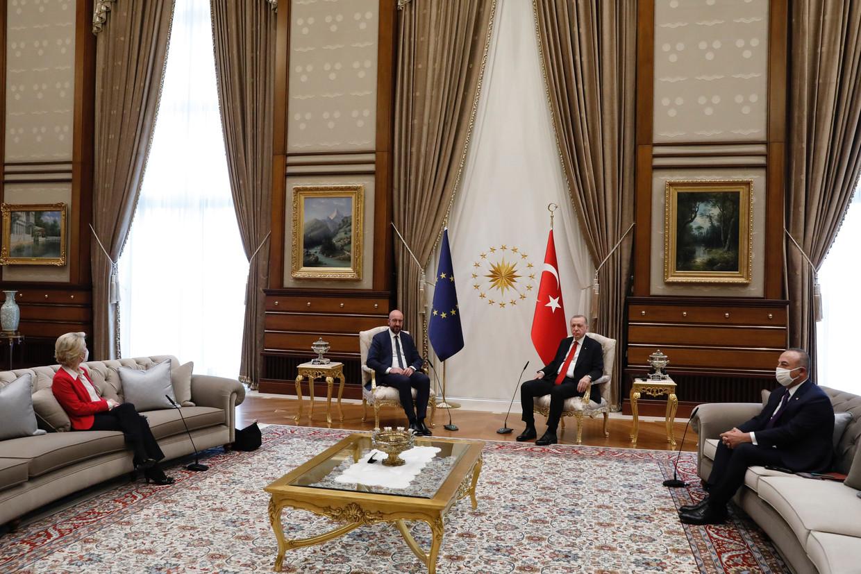 De 'sofagate' in Ankara. Commissievoorzitter Ursula von der Leyen zit helemaal links, EU-president Charles Michel neemt de stoel naast de Turkse president Recep Tayyip Erdogan. Beeld ZUMA Press