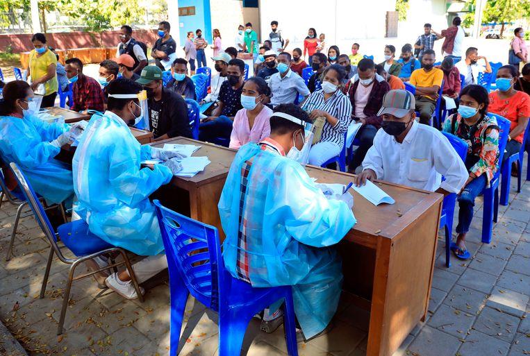 Medewerkers en bezoekers van een coronatestlocatie in Oost-Timor. Beeld EPA
