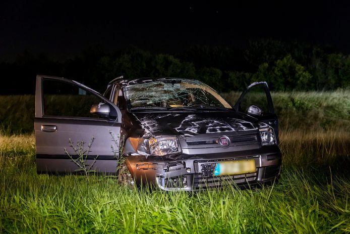De auto die over de kop sloeg.