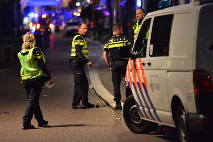 Hulpdiensten aan de Haven in Breda, waar in de nacht van vrijdag op zaterdag iemand werd neergestoken.